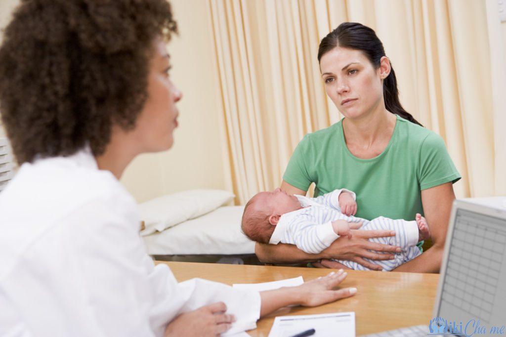 Sau sinh đi ngoài ra máu tươi có sao không?