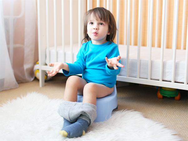 bé sơ sinh đi ngoài ra máu có nguy hiểm không?