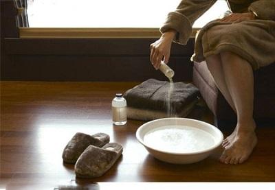 ngâm hậu môn trong nước ấm pha muối trị đau hậu môn tại nhà