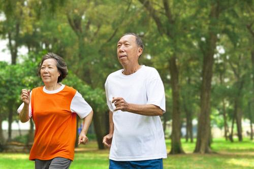 Luyện tập thể dục thể thao để điều trị táo bón ở người già