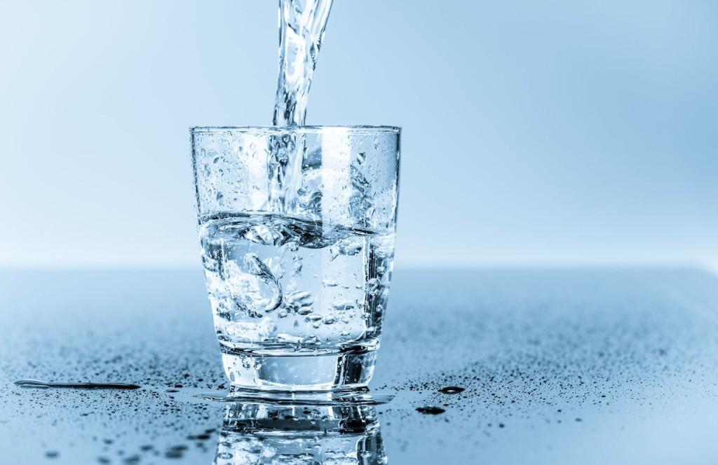 uống nước lọc trị táo bón hiệu quả
