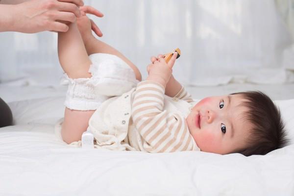 chú ý thay bỉm vệ sinh hậu môn để tránh sa trực tràng cho trẻ
