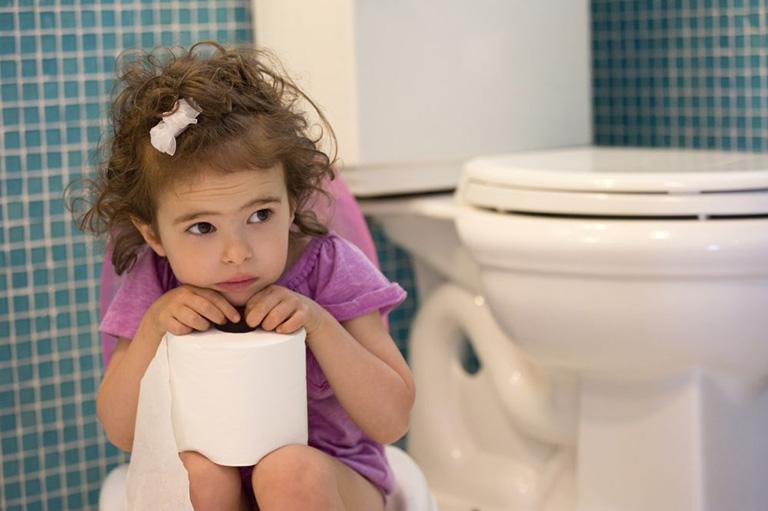 Trẻ nhỏ bị sa trực tràng phải làm sao?